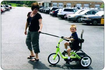トライサイクルで遊ぶ親子の写真
