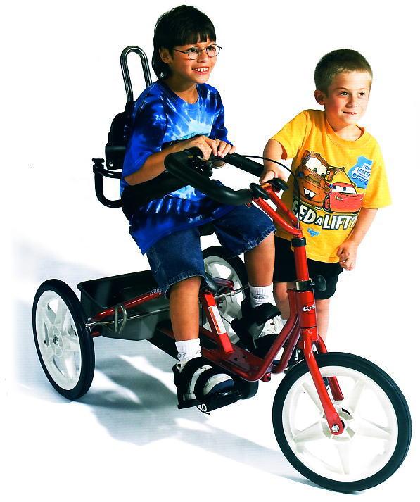 トライサイクルで遊ぶ子供達